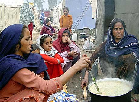 Kvinner og barn i Kashmir frykter vinteren.(Foto:Reuters/Scanpix)