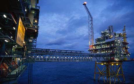 OLJEMAKT: Både Hydro og Statoil går rett til værs etter at oljeprisene eksploderte: (Foto av Oseberg D-plattformen: Norsk Hydro)