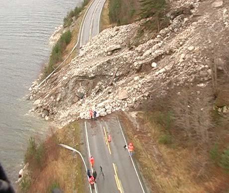 Riksveg 53 mellom Fodnes og Naddvik vart øydelagd av ras. Foto: Steinar Lote, NRK