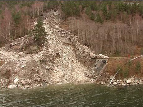 Raset som stengde riksveg 53 mellom Naddvik og Fodnes. Arkivfoto Steinar Lote, NRK