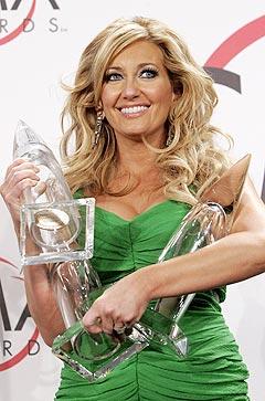 Lee Ann Womack med de tre prisene hun vant under den 39. Country Music Awards. Foto: Mario Anquoni, Reuters / Scanpix.