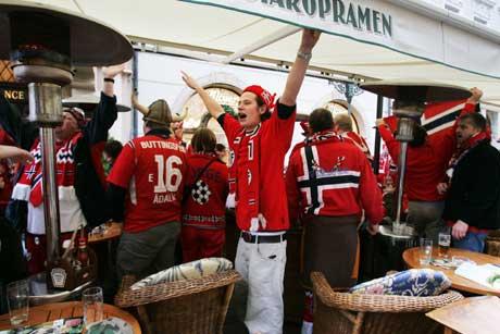 Norske supportere har inntatt denne uterestauranten i den tsjekkiske hovedstaden Praha. (Foto: Erlend Aas / SCANPIX)