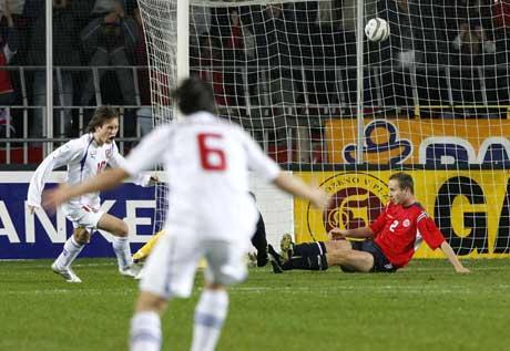Ballen går i mål over Jon Inge Høiland og Tsjekkia leder 1-0. (Foto: Tor Richardsen / SCANPIX)