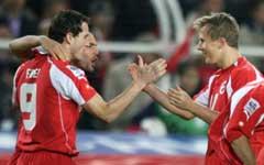 Alexander Frei, Ricardo Cabanas og Christoph Spycher jubler etter at Sveits tok ledelsen 1-0. (Foto: Reuters/Scanpix)