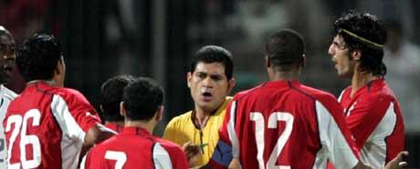 Bahrains spillere raste mot dommer Acosta Ruiz etter annulleringen. (Foto: Reuters/Scanpix)