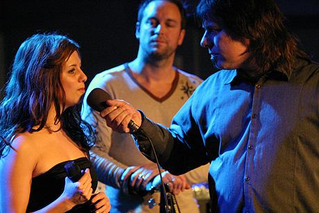 Programleder for P1-Scenen, Robert Sætervik intervjuer bandet. Foto: Jørn Gjersøe, nrk.no/musikk