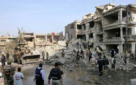 Bombene i sentrum av Bagdad førte til omfattende skader, i tillegg til at de drepte mennesker. (Foto: Thaier al-Sudani/ Reuters/ Scanpix)