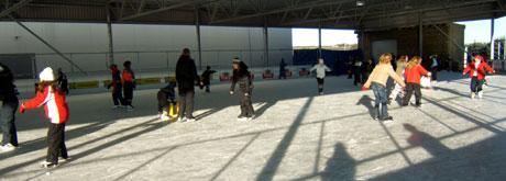Det kalde, klare været har gitt den nye skøytebanen på Klepp en god start. Skolefri er heller ingen ulempe. (Foto: Ruth Siri Espedal)