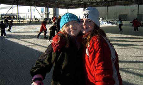 Elisa Hausberg Anfindsen (t.v.) og Ine Andersen kan endelig skøyte under tak i Klepp. (Foto: Ruth Siri Espedal)