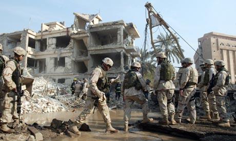 Et dobbelt bombeangrep ødela først dette bolig- og hotellområdet i Bagdad. Deretter sprengte to selvmordsbombere to moskeer fulle av mennesker. (Foto: K. Mohammed, AP)