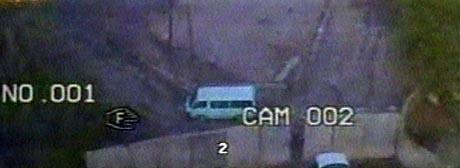 Et overvåkingskamera viser bombebilen som stanser ved hotellets beskyttelsesmur. Få sekunder etter går den i lufta. (Foto: AP)