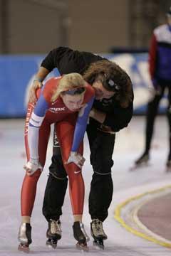 Maren Haugli gratulereres av Peter Mueller etter rekorden. (Foto: Terje Bendiksby / SCANPIX)