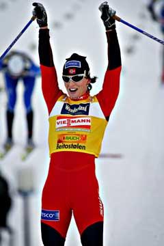 Marit Bjørgen jubler etter at hun gikk over mål som vinner av lørdagens 10 km verdenscup i klassisk stil på Beitostølen. (Foto: Ørn E. Borgen / SCANPIX)