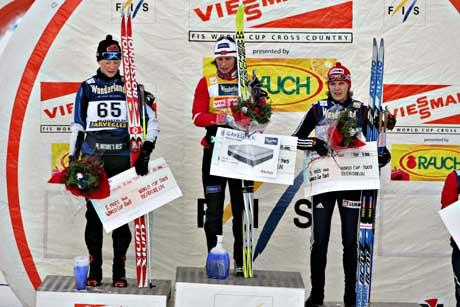 Bjørgen på seierspallen, flankert av finske Virpu Kuitunen ( til venstre), som ble nummer to, og russiske Natalia Baranova ( tredjeplass), etter lørdagens løp på Beitostølen. (Foto: Ørn E. Borgen / SCANPIX)