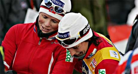 Hilde G. Pedersen ble nummer fire i åpningsrennet i verdenscupen på Beitostølen. Her sammen med Marit Bjørgen som vant 10 kilomteren i klassisk stil. Foto: Scanpix