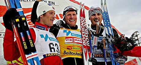 Tor Arne Hetland flankert av Jens Arne Svartedal og Ivan Batory etter seieren på 15 km på Beitostølen (Foto: Scanpix/Ørn E. Borgen)