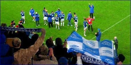 Moldespillerne takker publikum etter å ha sikret tippeligaspill også neste år. Foto: Gunnar Sandvik