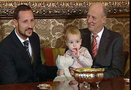 Kronprins Haakon og kong Harald sammen med prinsesse Ingrid Alexandra. (Foto: NRK)