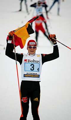 Tobias Angerer går over mål og sikrer Tyskland stafettseieren på Beitostølen. (Foto: Ørn E. Borgen / SCANPIX)
