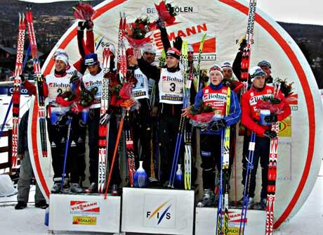 Det tyske vinnerlaget på seierspallen flankert av det franske laget, som ble nummer to ( til venstre), og det norske førstelaget. (Foto: Ørn E. Borgen / SCANPIX)