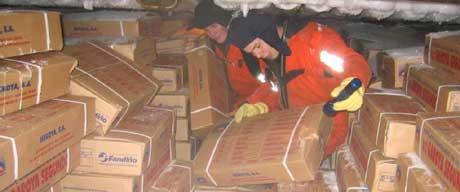 Kystvaktinspektører ombord i den spanske tråleren