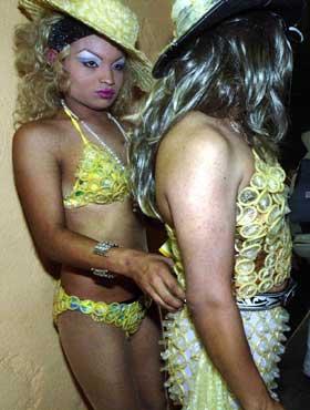 """Transvestitter, iført """"kondomantrekk"""" forbereder seg på et show under en aids-konferanse i San Salvador tidligere denne måneden. (Foto: Scanpix / AP)"""
