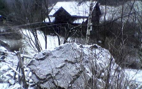 De store steinblokkene havnet ikke langt unna bolighusene. Foto: NRK