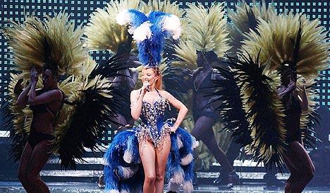 Kylie Minogue under Showgirl-turneen tidligere i år, som hun måtte avbryte på grunn av kreftsykdommen. Foto: Ian West, AP Photo / Scanpix.