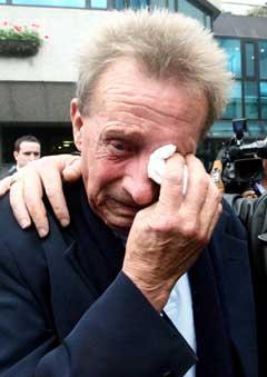 Bests tidligere lagkamerat i Manchester United, Denis Law, forlot gråtende sykehuset i London etter å ha besøkt sin venn. (Foto: AP/Scanpix)