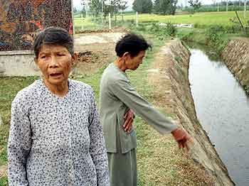 Overlevende fra My Lai ved minnesmerket der massakren fant sted. Bildet er fra 1998. (Foto: Paul Alexander, AP)