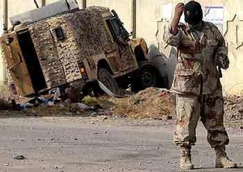 Irak 20.november 2005. En bombe har eksplodert i veikanten i Basra. Foto: Essam Al-Sudani, AFP