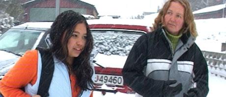Trine Bakken (til høyre) har kjempet i fire år for å få bli fostermor til sin halvsøster. Foto: NRK