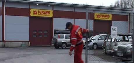 Politiet vurderer i dag å la likhunder gå gjennom familiens bil som står her hos Viking i Tønsberg. Foto: Olav Døvik, NRK.