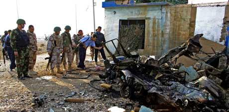 INN I POLITIBIL: Selvmordsaktivisten kjørte inn i en av politibilene i høy fart, noe som utløste en svært kraftig eksplosjon. (Foto: Marwan Ibrahim / AFP / Scanpix)