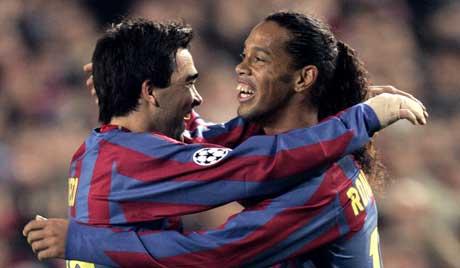 Ronaldinho jubler sammen med Deco etter 2-1 målet. (Foto: AP/Scanpix)