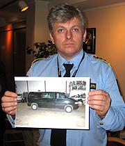 Politiinspektør Ole Bjørn Sakrisvold ved Vestfold politidistrikt viser fram bildet av bilen. Foto: Yngve Tørrestad, NRK.