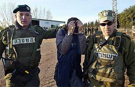 Adam Vokesler, den israelske paraglideren, gjemmer ansiktet sitt.(Foto:Reuters/scanpix)