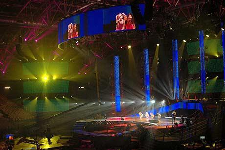 Malin Reitan prøver på scenen i Belgia (Foto: NRK/Stian Arnesen)