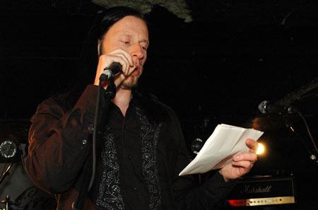 En alvorlig, men spent juryformann Svein Bjørge, leser opp de resultatene for band og publikum på Garage. (Foto: Erik Moholdt)