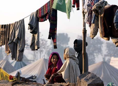 - Ikke overse behovet for nødhjelp, særlig til barna, advarer FN. Disse bor i en teltleir i Muzaffarabad. (Foto: G.Tomasevic, Reuters)