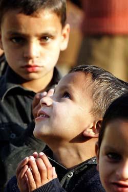 Morgenbønn i en utendørs-skole i Muzaffarabad. (Foto: G.Tomasevic, Reuters)