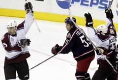 Colorado Avalanches Andrew Brunette (t.v.) og Brett McLean feirer Brunettes mål mens Ole-Kristian Tollefsen ser på. (Foto: AP/Scanpix)