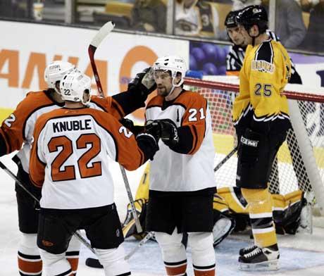Flyers-spillerne Simon Gagne (delvis skjult), Mike Knuble (22) and Peter Forsberg jubler etter en scoring mot Boston. (Foto: Reuters/Scanpix)