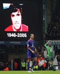 Lagene hedret avdøde George Best før kampen. (Foto: Sang Tan / AP)