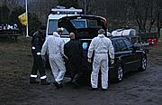 I går ble en død kvinne fraktet fra området til Tønsberg skytterklubb. Foto: Olav Døvik, NRK.