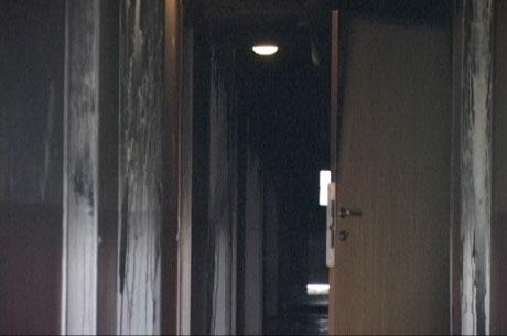 Det var tilløp til panikk da brannen brøt ut i den fem etasjer høge terrasseblokka på Gjøvik. Blokka har fått store skader. Foto: Gordon Fjell