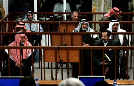 Iraks tidligere president Saddam Hussein (t.h.) i rettssalen i dag. (Foto: Ben Curtis/AFP/Scanpix)