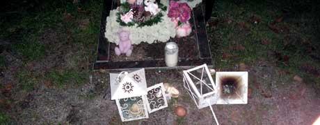 Mange av dei skjenda gravene er barnegraver. Foto: Håkon Andersen