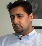 Familien Iqbals advokat Abid Raja. (Foto: NRK Brennpunkt)