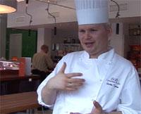 Charles Tjessem må forklare våre inspektører hva pastinakk er for noe. Foto: Tom Edvindsen